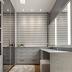 Closet pequeno cinza e amadeirado com vidro reflecta, penteadeira e janela!