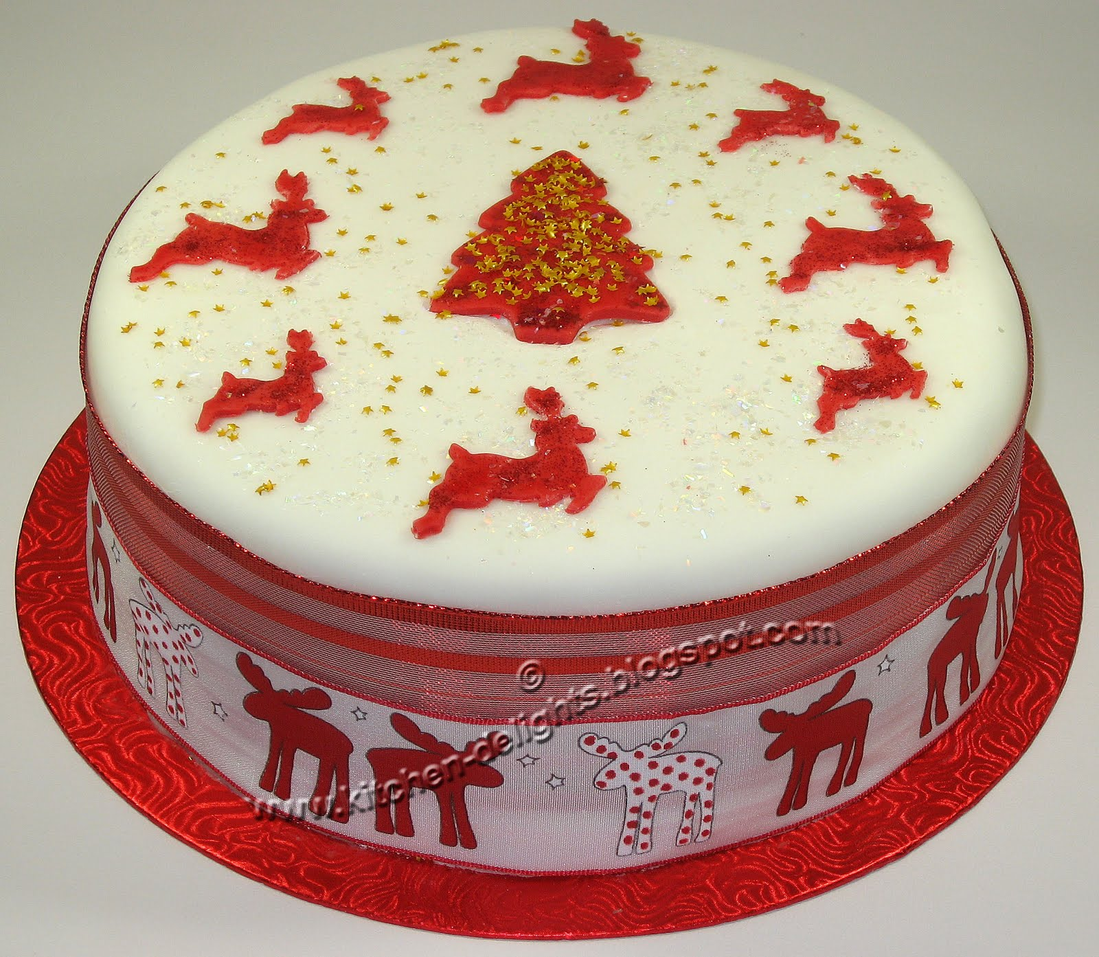 Kitchen delights iced reindeer christmas cake for Iced christmas cakes