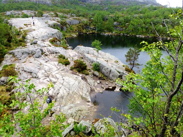 Rocas y lagos del trek al Preikestolen