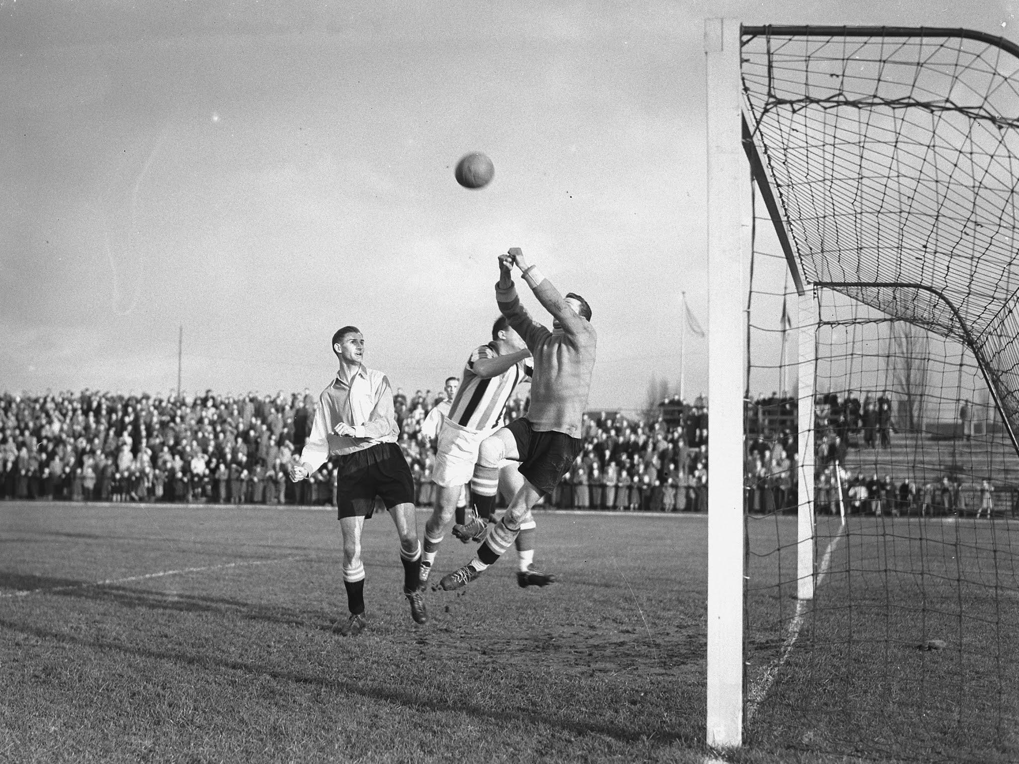 Henk van der Bijl (Feyenoord) stompt de bal weg