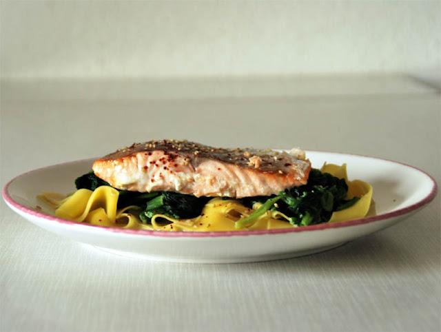 Frischer Lachs auf Blattspinat und Eiernudeln | pastasciutta.de