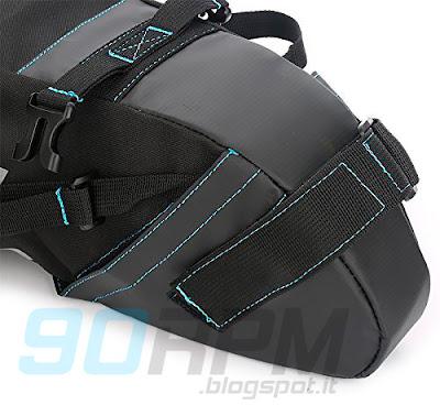 Borsa sottosella da bikepacking e dettagli di fibbie, fettucce e velcro di fissaggio.