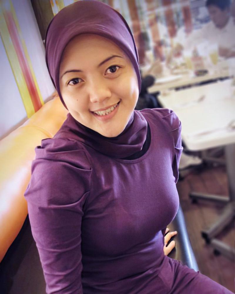 cewek manis jilbab ungu selife dari atas kepala