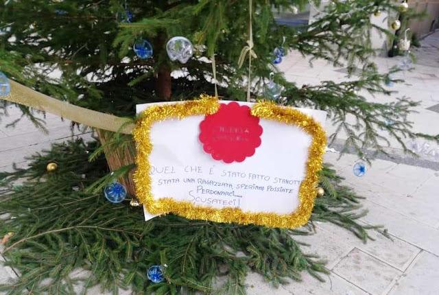 """San Severo. Atto vandalico all'albero di Natale in Piazza Municipio. L'Amm.ne perdona gli autori per le scuse ricevute invitandoli a rifarlo. """"E' stata una ragazzata""""."""