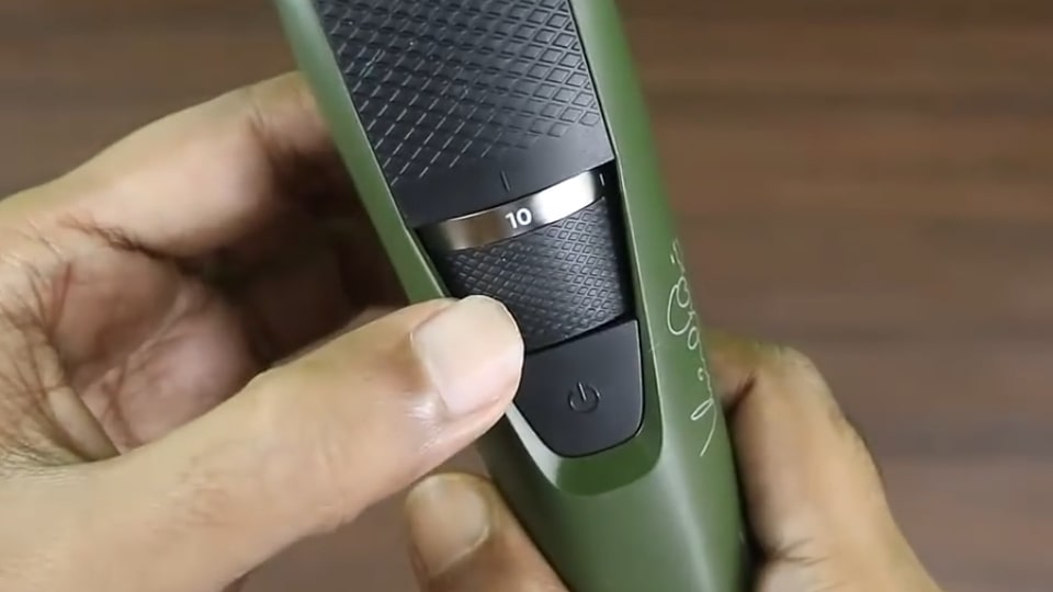 Adjustable length settings on Phillips BT3211 beard trimmer.