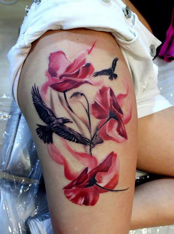 chica en pantalones cortos nos enseña su tatuaje en la pierna de flores y pajaros amapolas y cuervos
