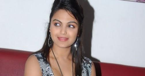 Prinka Chopra Marathi Walpapar: Priyanka Tiwari Hot Pictures