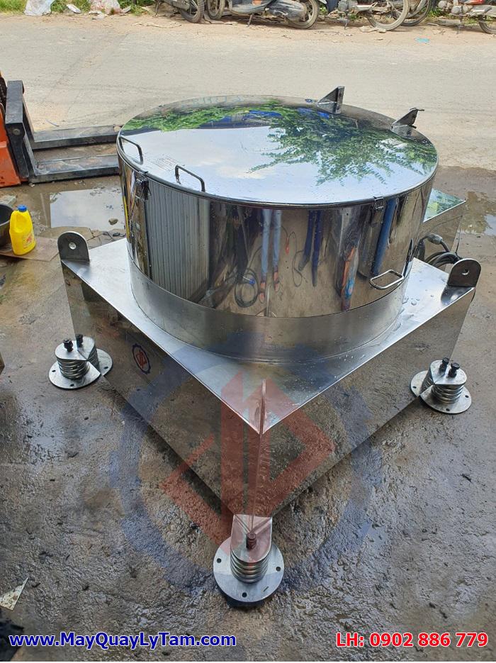 Máy vắt ly tâm Vĩnh Phát thiết kế rất đẹp, cấu trúc chắc chắn với hệ giảm rung lò xo chuyên dụng