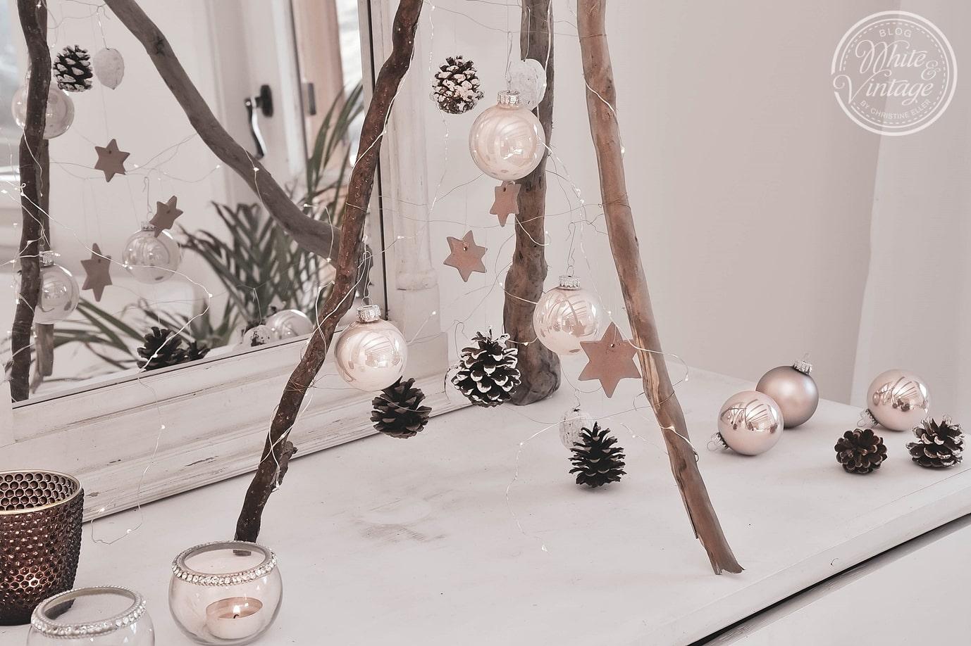 Weihnachtsbaum aus Holz mit natürlichem Weihnachtsschmuck.