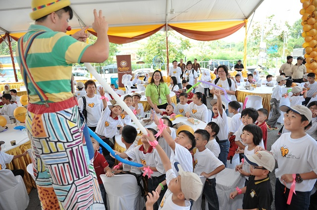 Children from Yayasan Sunbeams Home, Yayasan Chow Kit and RACTAR were entertained by a clown on stilts