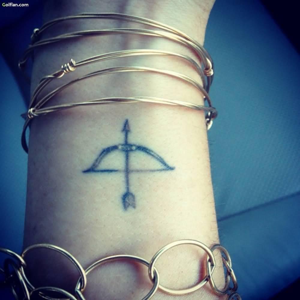 Tatuaje de sagitario en la muñeca de una chica