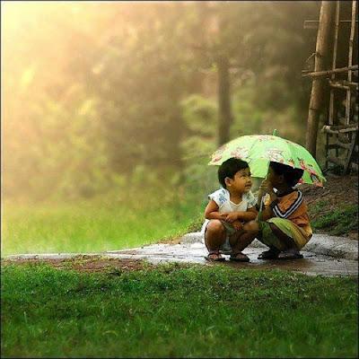 Fotos de dos niños bajo la lluvia
