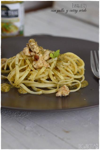 Espaguetis con pollo y curry verde