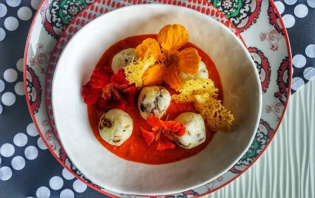 gnocchi di ricotta bio con cialde di pecorini e crema di peperoni
