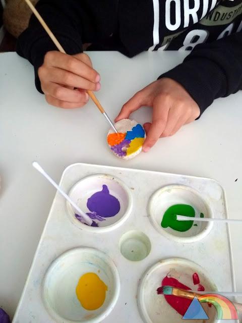 Pintando huevos de pasta de sal