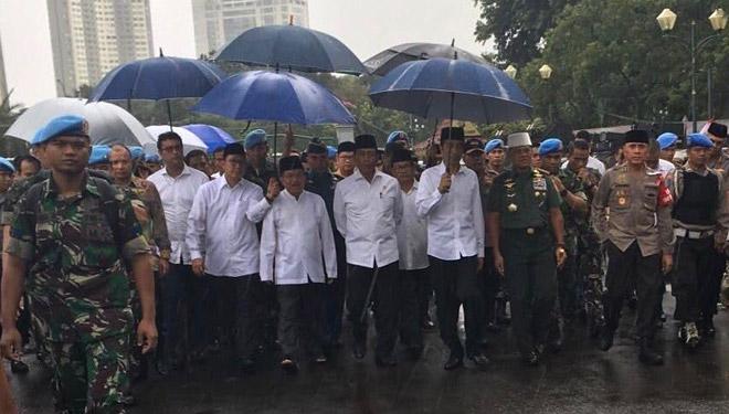 Jokowi Shalat Jumat di Monas