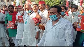 पूर्व सांसद ने दुकानदारों, जनता को बतायी सपा की नीतियां | #NayaSaveraNetwork