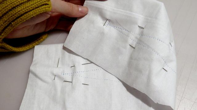 Pinza marcada sobre la tela por ambos lados con papel de calco