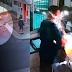 VÍDEO: Homem se aproxima de porteiro, joga gasolina nele e toca fogo.