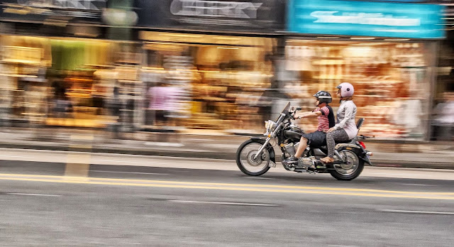 Pareja en motocicleta en movimiento