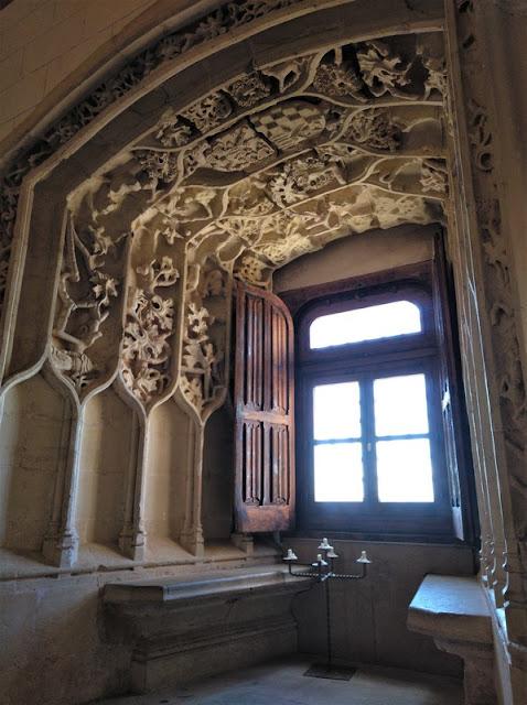 Castillo de Belmonte, arco de ventana estucado de la capilla