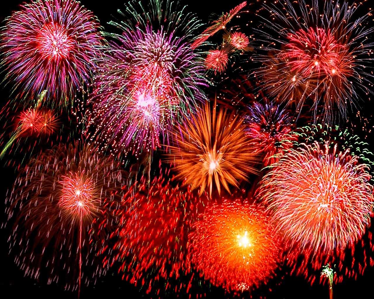 Explosão de fogos de artifício à noite, espetáculo típico também das comemorações do ano novo chinês