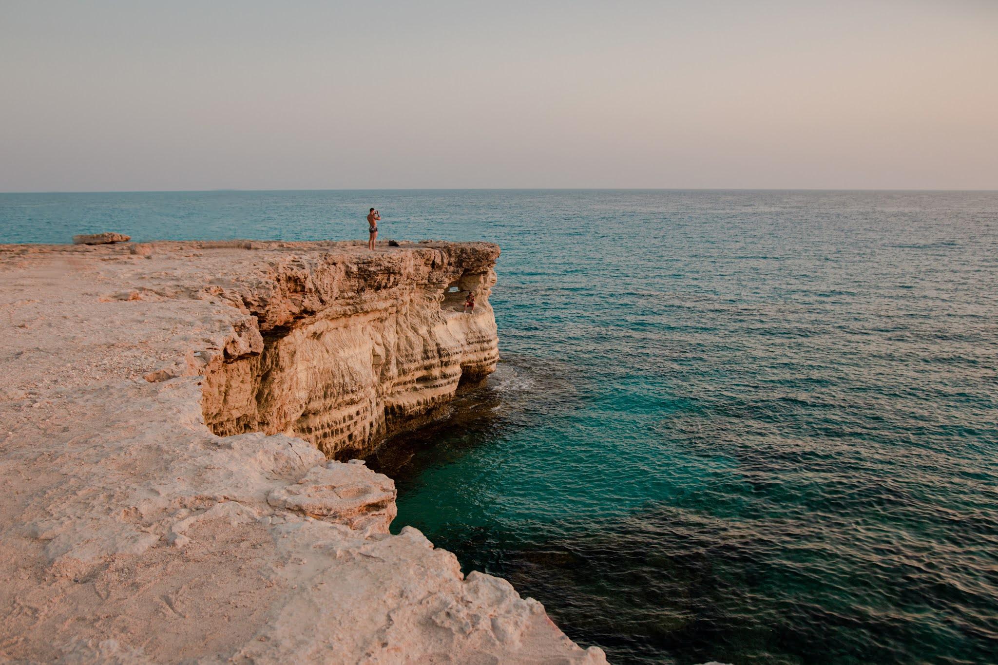 Sea Caves na Cyprze, Cape Greco, turkusowa woda i klify