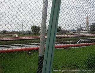 Sistem perpipaan di kilang minyak Balikpapan, Kalimantan Timur.
