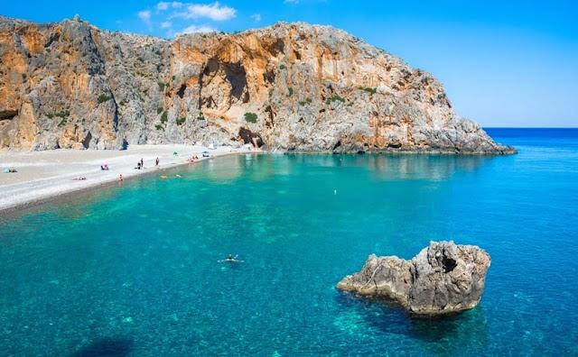 Η μυστική παραλία στην Κρήτη στην άκρη ενός φαραγγιού