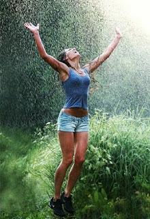 Gambar Wanita Cantik Celana Pendek Lompat Saat Hujan Deras Main Hujan Romantis