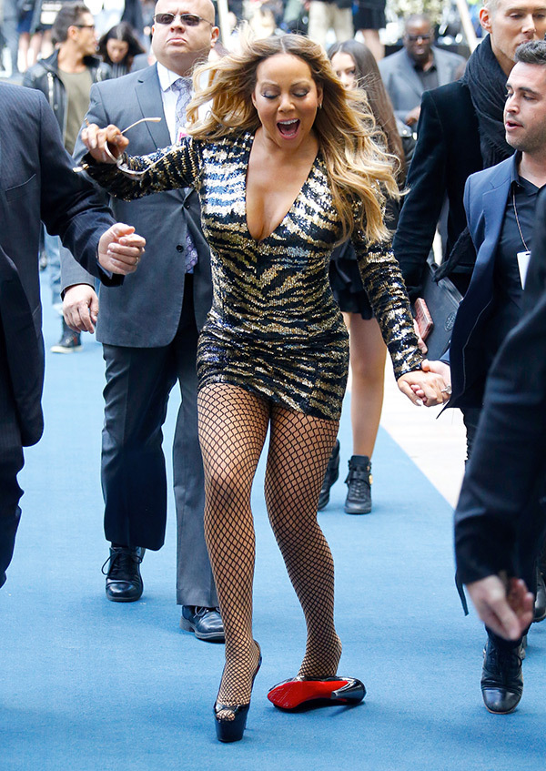 Mariah Carey looses a shoe on the blue carpet in NYC on May 16, 2016. (FameFlyNet)