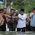 Relawan PKS Gendong Ibu yang Terkepung Banjir Samarinda