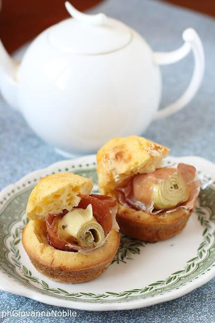 Muffin al provolone semistagionato farciti con culatello e carciofini sott'olio