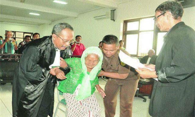 Ya Allah Bikin Nangis! Nenek Tua Renta Dituntut 2 Tahun Penjara Kelaparan Mencuri Pepaya