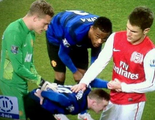 What is Lindegaard and Ramsey doing with Rooney?!
