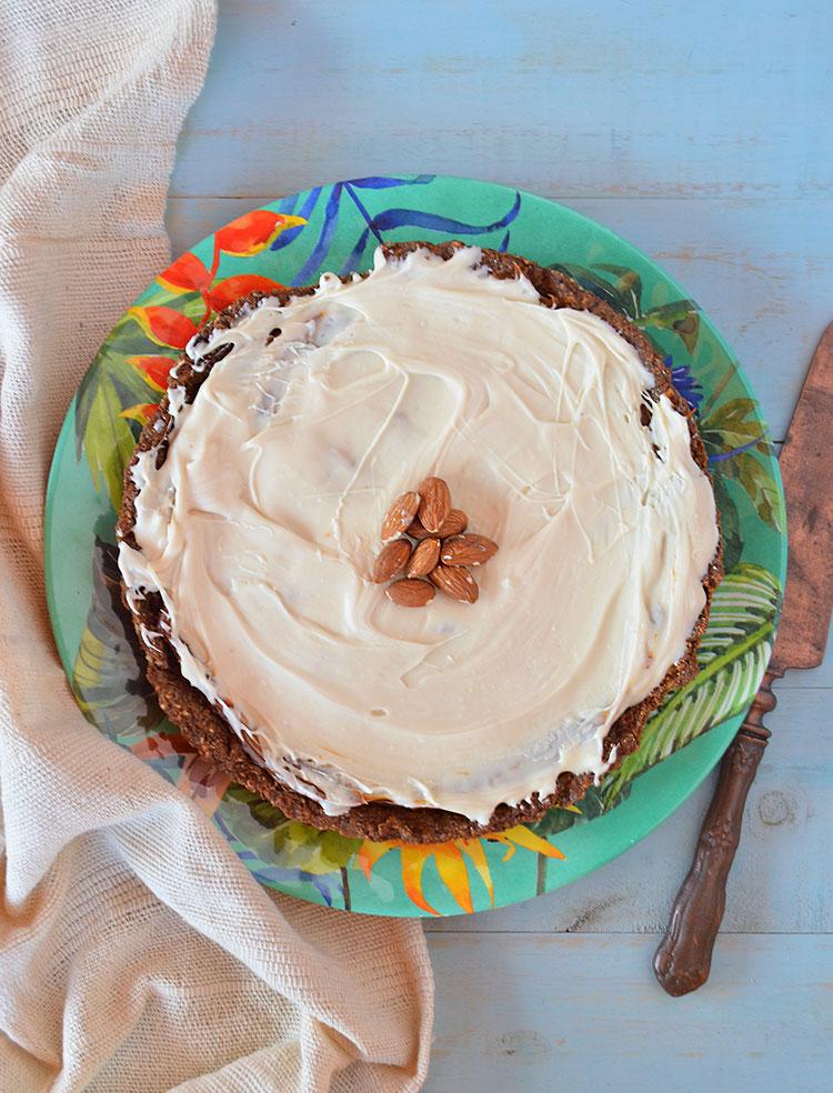 Tarta con almendras, dulce de leche y chocolate blanco