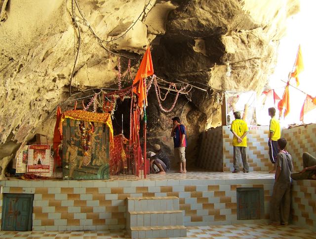 Inn Chamatkari Mandiron se Koi Khali Hath Nahi Lautata