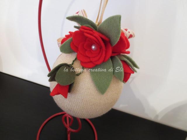 tutorial-palline-natalizie-di-polistirolo-decorate-con-tubolare-in-tessuto-e-fiori-in-pannolenci