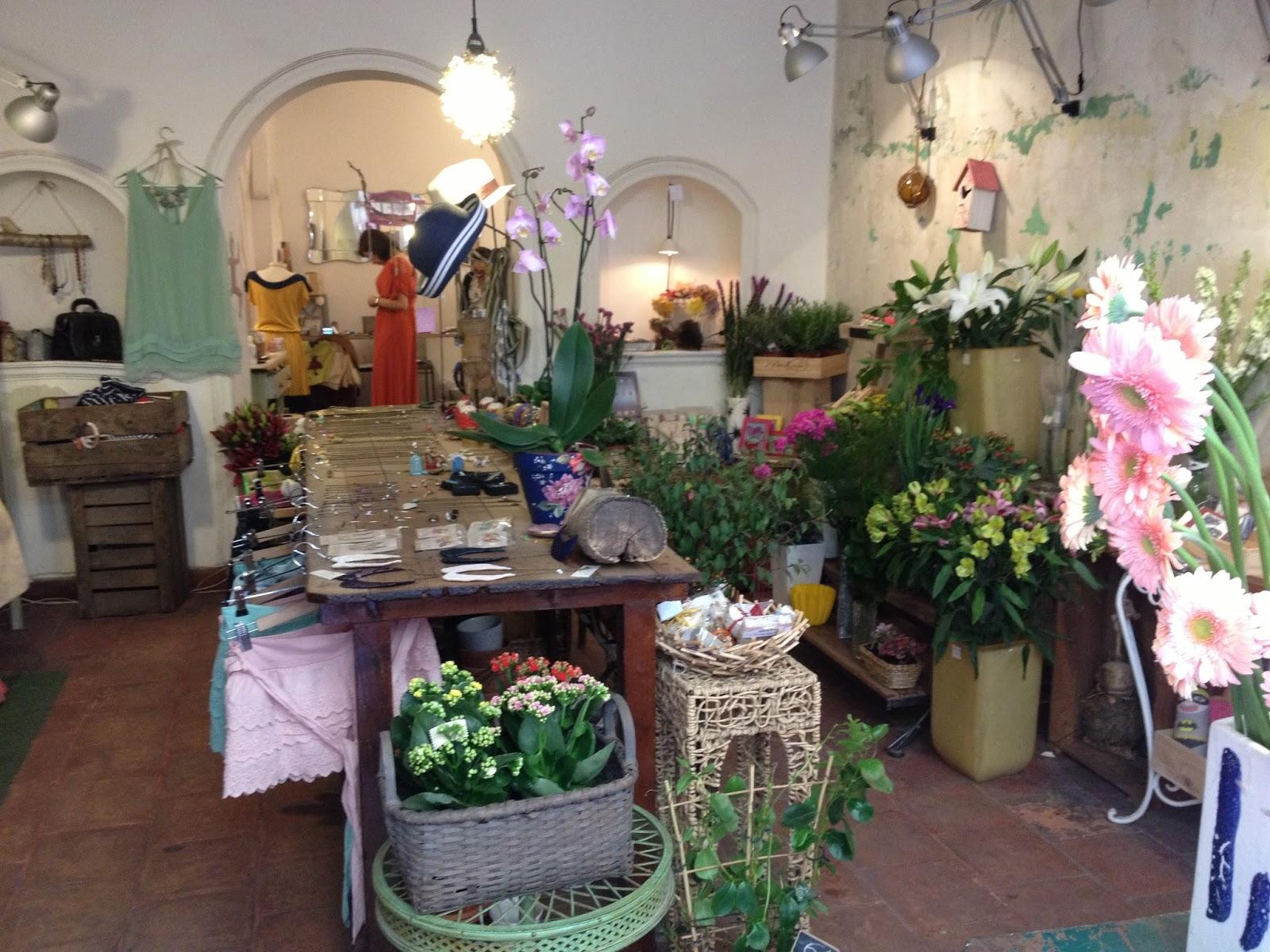 a parte de la tienda cubren todo tipo de eventos con magnficos ramos y toda tipo de decoracin y arreglos florales
