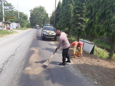 Salut, Polisi Polsek Kemangkon Purbalingga Bersihkan Tumpahan Solar di Jalan