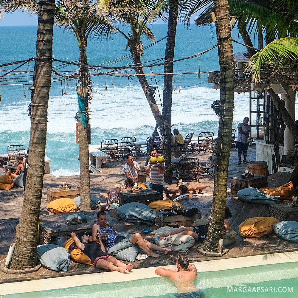Santai Sore Di La Brisa Beach Club