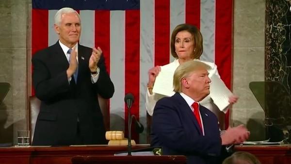 Ketua DPR AS Robek Naskah Pidato Kenegaraan Trump Usai Trump Tolak Salaman