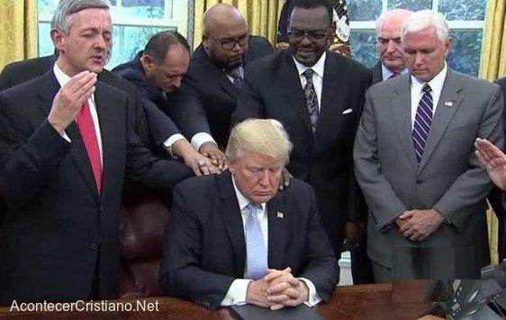 Pastores orando con Trump