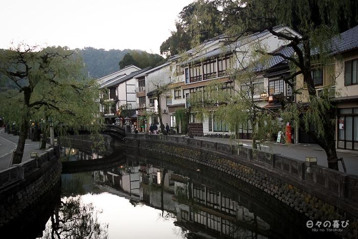 canal kinosaki avec reflets dans l'eau