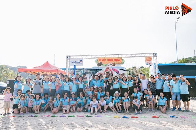 Chụp ảnh team building đoàn rất đông người ở Hạ Long