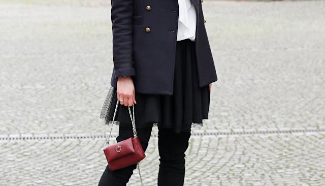 biała koszula, goshico, jesienne inspiracje, kozaki za kolano, moda zima, novamoda style, novamoda stylizacje, smart casual, styl oficerski, tiulowa spódnica, zimowe stylizacje,