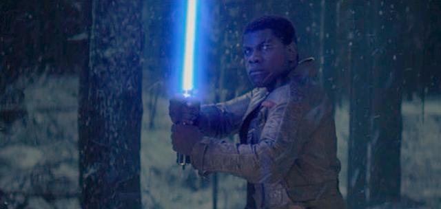 Finn, deţine o sabie laser ce seămană izbitor cu cea a lui Luke Skywalker