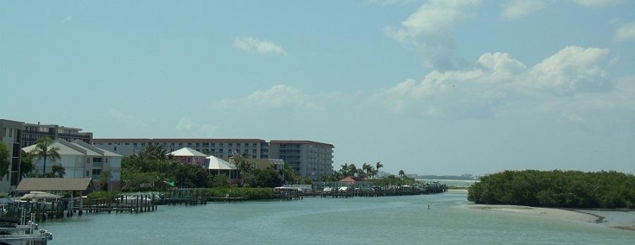 Edificios e islotes en el estuario