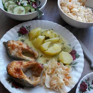 szybki i prosty sposób na smaczny obiad  myjemy i solimy rybę obieramy i wstawiamy ziemniaki