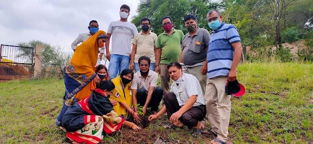 विदिशा : Tree plantation वृक्षारोपण के बाद गौशाला में गौमाता को चारा खिलाकर  शिक्षकों ने मनाई श्री निगम की पुण्यतिथि !!